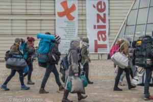 Jóvenes caminando cargados con equipaje
